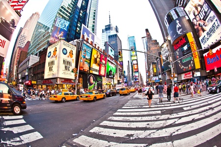 NEW YORK CITY - JUL 8: Times Square, gekennzeichnet mit Broadway Theatern und Vielzahl von LED Anzeigen, ist ein Symbol von New York City und den Vereinigten Staaten, 8. Juli 2010 in Manhattan, New York City.