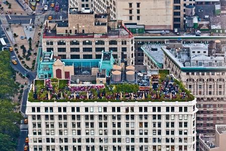 rooftop: NEW YORK, Verenigde Staten - 10 juli: late middag partij en restaurant op het dak van een oude wolkenkrabber gezien vanaf Platform van Empire State Building op 10 juli 2010 in New York, Verenigde Staten. Redactioneel