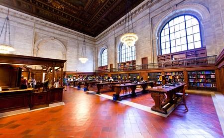 NEW YORK CITY - 10. Juli: New York Public Library ist die drittgr??te ?ffentliche Bibliothek in Nordamerika um mehr als 9.000 Menschen pro Tag am 10. Juli 2010 in New York eingesetzt. John Billings geplant die Bibliothek im Jahre 1911.