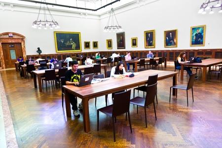 NEW YORK - 10 JUILLET: La bibliothèque publique de New York est la troisième plus grande bibliothèque publique en Amérique du Nord utilisée par plus de 9 000 personnes par jour le 10 juillet 2010 à New York. John Billings a planifié la bibliothèque en 1911. Éditoriale