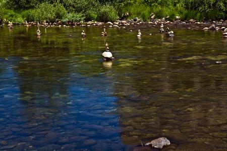 merced: Steinformationen im Merced River im Tal des Yosemite National Parks.