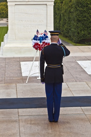 sconosciuto: WASHINGTON, USA - 15 luglio: cambio della guardia nel pomeriggio presso la tomba del Milite Ignoto presso il cimitero di Arlington luglio 15,2010 a Washington, Stati Uniti d'America
