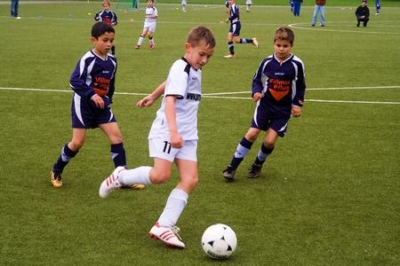 Wallau, DUITSLAND - 19 mei: Football game Kinderen E-Klasse Toernooi - BSC Schwalbach tegen FC Wallau, 19 mei, 2007 in Wallau, Duitsland. Kinderen in teckling om de bal te winnen. Stockfoto - 9532054