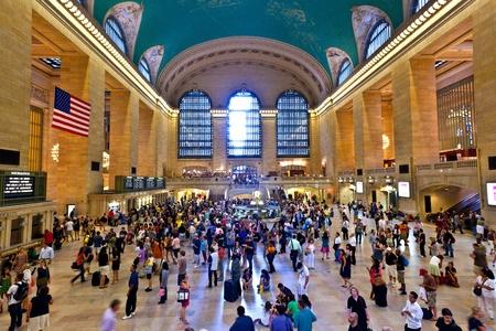 central: CIUDAD de nueva YORK-10 de julio: vista de viajeros y turistas inundan la grand central station durante la hora punta tarde el 10 de julio de 2010 en Nueva York. Editorial