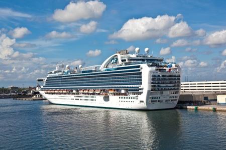 cruiseship: FORT LAUDERDALE, Estados Unidos - el 1 de agosto: Cruiseship Esmeralda Princesa est� en el muelle en agosto de 2010, en Fort Lauderdale, Estados Unidos. Lanzado en 2007, Princesa esmeralda con 900 camarotes de balc�n es uno del crucero m�s grande del mundo.