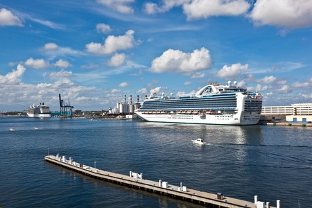 FORT LAUDERDALE, USA - AUGUST 1: Cruiseship Emerald Princess is on the pier on August 01, 2010 in Fort Lauderdale, USA. Launched in 2007, Emerald Princess with 900 balcony staterooms is one of the largest cruise ship in the world. Stock Photo - 9531945