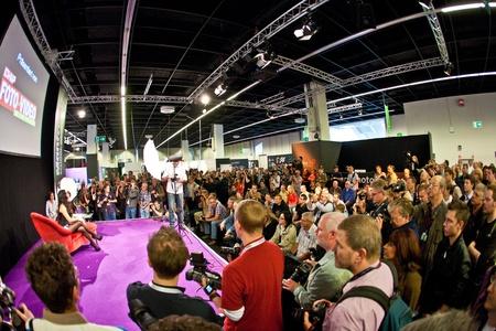 exhibition crowd: PHOTOKINA, COLONIA - 25 settembre: Photokina - World of Imaging, Top Event per il commercio e User, 25 settembre 2010 a Colonia, in Germania. Editoriali