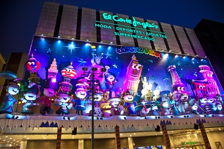 MADRID, SPAIN - DECEMBER 20: People have fun in Christmas time watching the famous puppet show and illumination at center El Corte Ingles on December 20, 2010 in Madrid, Spain. Stock Photo - 9541670