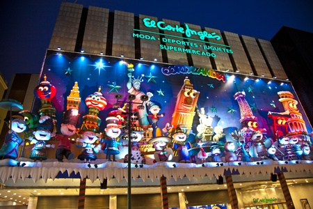 MADRID, SPAIN - DECEMBER 20: People have fun in Christmas time watching the famous puppet show and illumination at center El Corte Ingles on December 20, 2010 in Madrid, Spain. Stock Photo - 9541686
