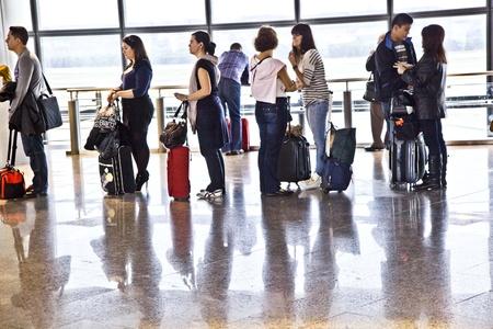 MADRID, España - el 21 de diciembre: Pasajeros en el aeropuerto de Barajas de Madrids están esperando la demora vuelo UX 9073 desde Madrid a Arrecife en la Terminal 1 el 21 de diciembre, en Madrid, España.