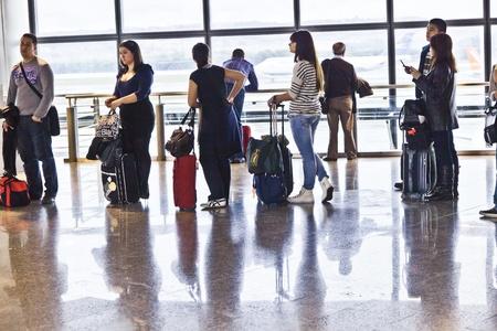 gente aeropuerto: MADRID, Espa�a - el 21 de diciembre: Pasajeros en el aeropuerto de Barajas de Madrids est�n esperando la demora vuelo UX 9073 desde Madrid a Arrecife en la Terminal 1 el 21 de diciembre, en Madrid, Espa�a.