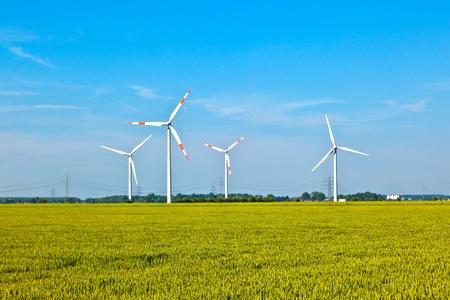 Windenergie wowers staande in het veld in het voorjaar