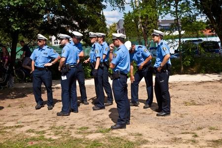 OBERURSEL, Deutschland - Juni 12: Polizisten die Show zu sehen auf dem Hessentag am 12 Juni 2011 in Oberursel, Deutschland. Hessentag ist ein großes Festival, eine Stadt in der Grafschaft Hessen in Deutschland zu präsentieren.