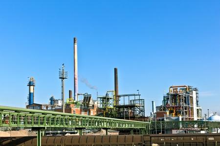 electricidad industrial: Parque de la industria con silo y chimenea