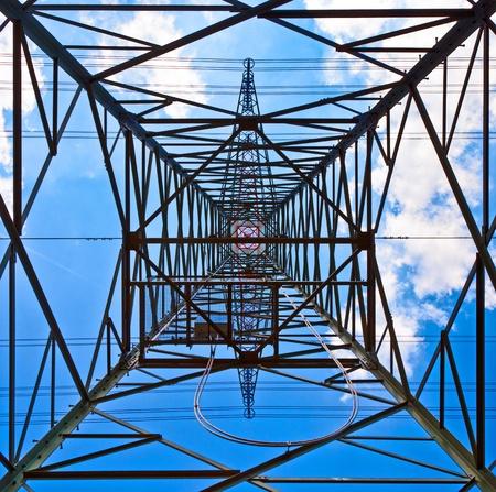 hoogspanningsmasten: elektriciteit toren met blauwe hemel Stockfoto