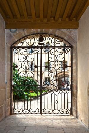 쇠 격자: window with iron window grate in famous hospice in Beaune, France 에디토리얼