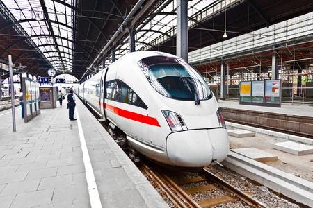 puntualidad: tren de alta velocidad en la estaci�n