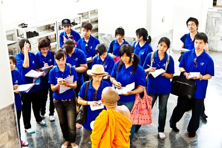 buddhismus: BANGKOK, THAILAND - MAY 12: buddhist monk explains the secrets of temple area Wat Pho Pho to a group of schoolers at their school excursion on May 12,2009 in Bangkok, Thailand.