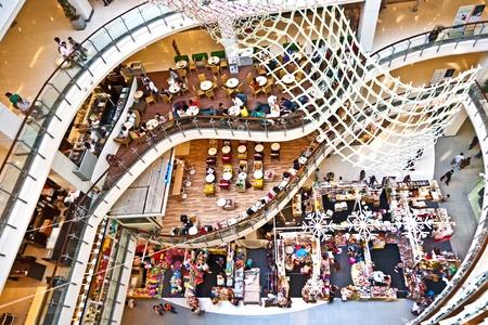 plaza comercial: BANGKOK, Tailandia - 3 de JAN: gente relajarse y disfruta del mundo central complejo comercial el 22 de diciembre de 2009 en Bangkok, Tailandia.  World central es la compra m�s grande complejo en el mundo.