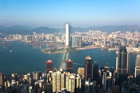 industrial landscape: KOWLOON, Hong Kong - 9 gennaio: Hong Kong vista dal Victoria Peak a baia e il grattacielo insunset il 9 gennaio 2010, Kowloon, Hong Kong. Editoriali