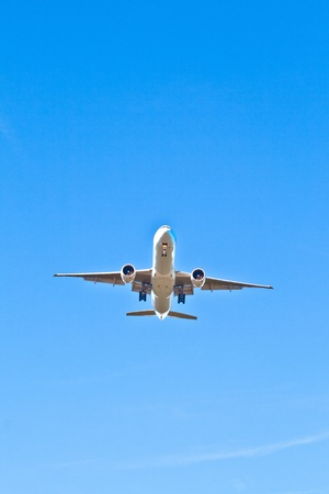 twin engine: aircraft in landing approach