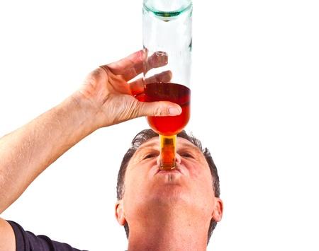 jovenes tomando alcohol: hombre bebiendo alcohol fuera de la botella Foto de archivo