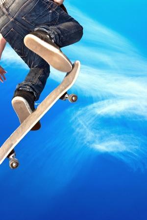 niño en patines: chico con skate board va en el aire