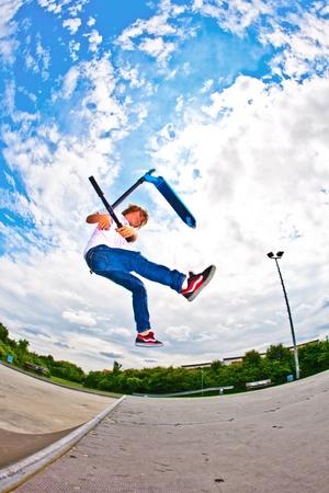 vespa: joven con moto va en el aire