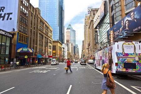 NEW YORK CITY - 7 월 13 일 : 맨하탄, 뉴욕시에서 2010 년 7 월 13 일 오후 타임스 스퀘어. 타임즈 스퀘어는 뉴욕시의 상징으로 브로드 웨이 극장, 많은 시장과
