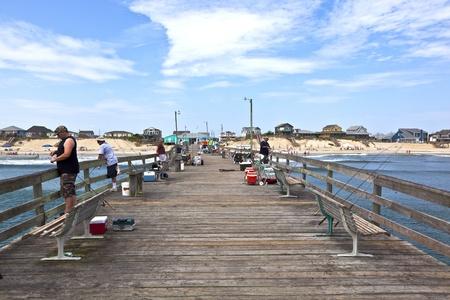 nags: Nags Head, EE.UU. - 18 de julio:. La gente disfrutar de la pesca en el famoso muelle de julio 18,2010 en Kill Devil Hills, EE.UU.. La primera caba�a frente al mar se construy� alrededor de 1855 por el Dr. WG piscina y la longitud del muelle es de 750 pies