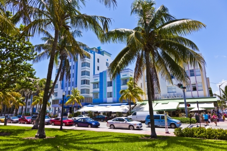 マイアミ ・ ビーチ, アメリカ - 8 月 2 日: 正午ビュー 8 月オーシャン ドライブでマイアミビーチ、フロリダ州で 02,2010。サウスビーチのアールデコ建築は、マイアミの主要観光名所の 1 つです。