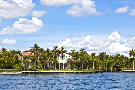 view to beautiful houses from the canal in Fort Lauderdale Stock Photo - 10887291