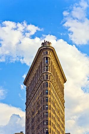 NEW YORK CITY - 12 juli: Gevel van het Flatiron gebouw met ijzeren standbeeld van de mens op het dak juli 12,2010 in New York City. Redactioneel