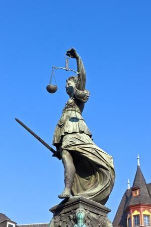 dama de la justicia: Estatua de la Justicia frente a la Romer en Frankfurt - Alemania