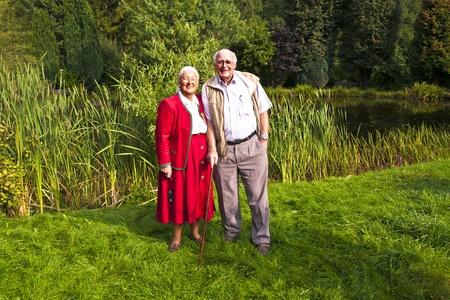 pareja de ancianos de pie feliz en su jardín Foto de archivo - 11086871