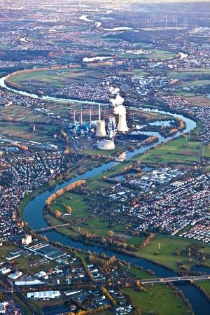 central el�ctrica: conventionel planta de energ�a en el r�o principal