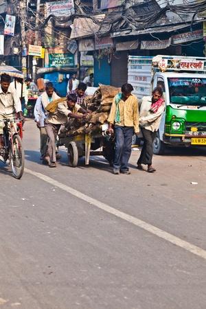 carretilla de mano: DELHI, INDIA - 09 de noviembre: un carro tirado por gente de la ma�ana a principios de noviembre 08,2011 en Nueva Delhi, India. Impulsar el transporte carro es com�n en las calles estrechas del casco antiguo de Delhi. Editorial