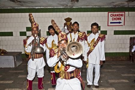 repertoire: DELHI - NOVEMBER 09: De leden van een brassband tonen hun repertoire aan het publiek in een passage onder de grond op november 09, 2011 in Dehli, India. Brass Bands maakten kennis met de Indiase cultuur door het Engels.