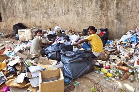 separacion de basura: DELHI, INDIA - 18 de noviembre: los trabajadores pobres de cheques de basura de pl�stico y papel para separaci�n de residuos en Noviembre 18,2011 en Nueva Delhi, India.