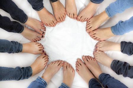pies bonitos: pies de las ni�as forman un c�rculo