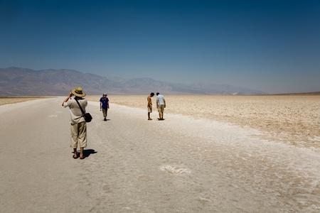 the deepest: Death Valley, EE.UU. - 19 de julio: la gente visita el �rea de Badwater en el centro de valle de la muerte el 19 de julio de 2008 en Valle de la Muerte, EE.UU.. Es el punto m�s profundo en los EE.UU. con 85 metros bajo el nivel del mar. Editorial