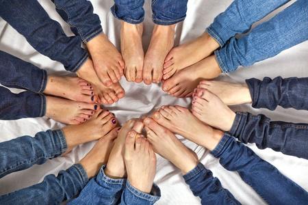piedi nudi di bambine: piedi di ragazze formano un cerchio