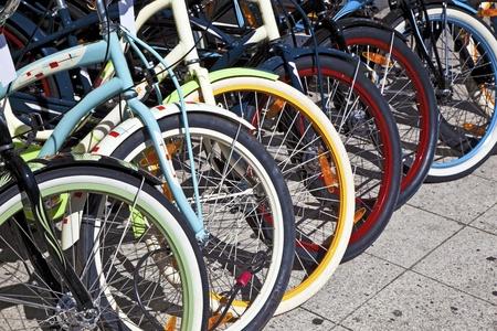 hilera: ruedas de bicicleta en fila