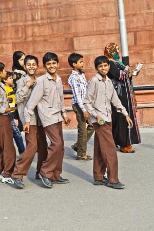 scholars: DELHI, INDIA - 09 de noviembre: los eruditos en el uniforme de visitar el Fuerte Rojo de noviembre de 9,2011 en Nueva Delhi, India. Escuelas uniformes son obligatorios en la India, desde la primaria hasta media superior nivel. Editorial