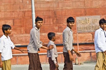 scholars: DELHI, INDIA - 09 de noviembre: los estudiosos de uniforme visitar el Fuerte Rojo de noviembre de 9,2011 en Nueva Delhi, India. Uniformes escolares son obligatorios en la India, desde primaria hasta la superior, de nivel secundario.