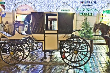 characterize: VIENA, Austria - 26 de noviembre: fiaker famosa drawm caballo en el Domo de Esteban por la noche en Noviembre 26,2010 en Viena, Austria. Desde el siglo 17, los carruajes tirados por caballos caracterizan Viena paisaje urbano.