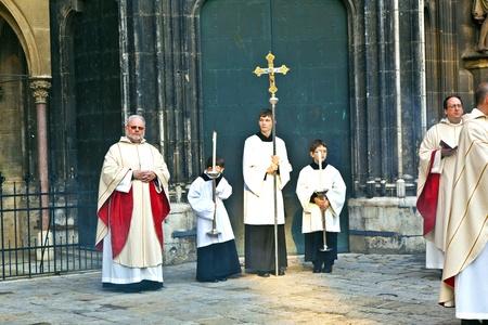 por nascer: VIENNA, AUSTRIA - NOVEMBER 27: Bishop Franz Scharl is praying for the unborn child  on November 27, 2010 in Vienna, Austria. Editorial