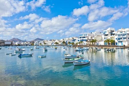 ARRECIFE은 - 스페인, 12 월 23 일 : 어 Arrecife의, 스페인 12월 23,2010에 Charco 드 산 GINES에 배를 정박. 항구 지역은 1984 년에 카나리아 건축가 세자르 Manrique으로
