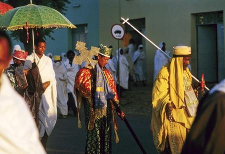 AXUM, Ethiopië - MEI 07: priester draagt de heilige ark in een ceremonie door de straten op mei 07,1998 in Axum, Ethiopië. De ark werd gestolen in Salomons tempel door koning Menelik.