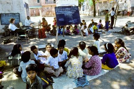 sachant lire et �crire: INDE, l'AGRA - 01 ao�t: l'enseignant apprend aux enfants dans la salle de classe en plein air sur Ao�t 01,1994 � Agra, Inde. Inde �largit l'alphab�tisation � environ deux tiers de la population
